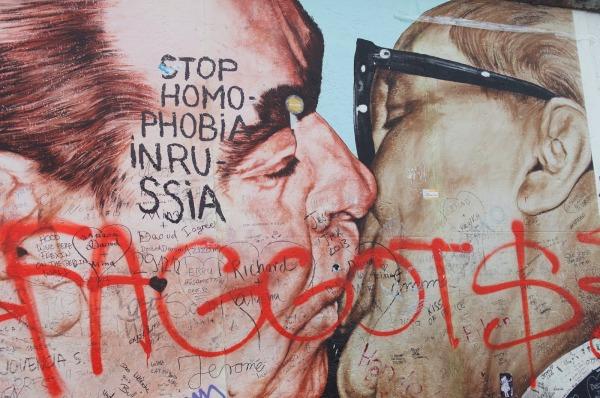 Dmtri Vrubel falfestmșnye, és homofób, politikai falfirkák. Shiree Schade, 2013 december